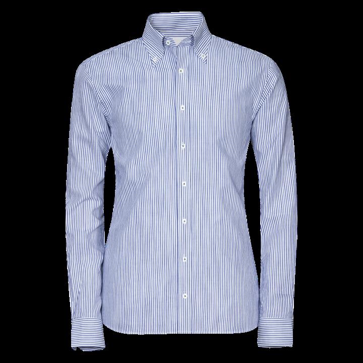 Mycket stilren ljusblårandig skjorta från Oscar Jacobson med ett otroligt  brett användningsområde. Den aningen högre buttondown kragen gör att  skjortan utan ... 0e45c135b772e
