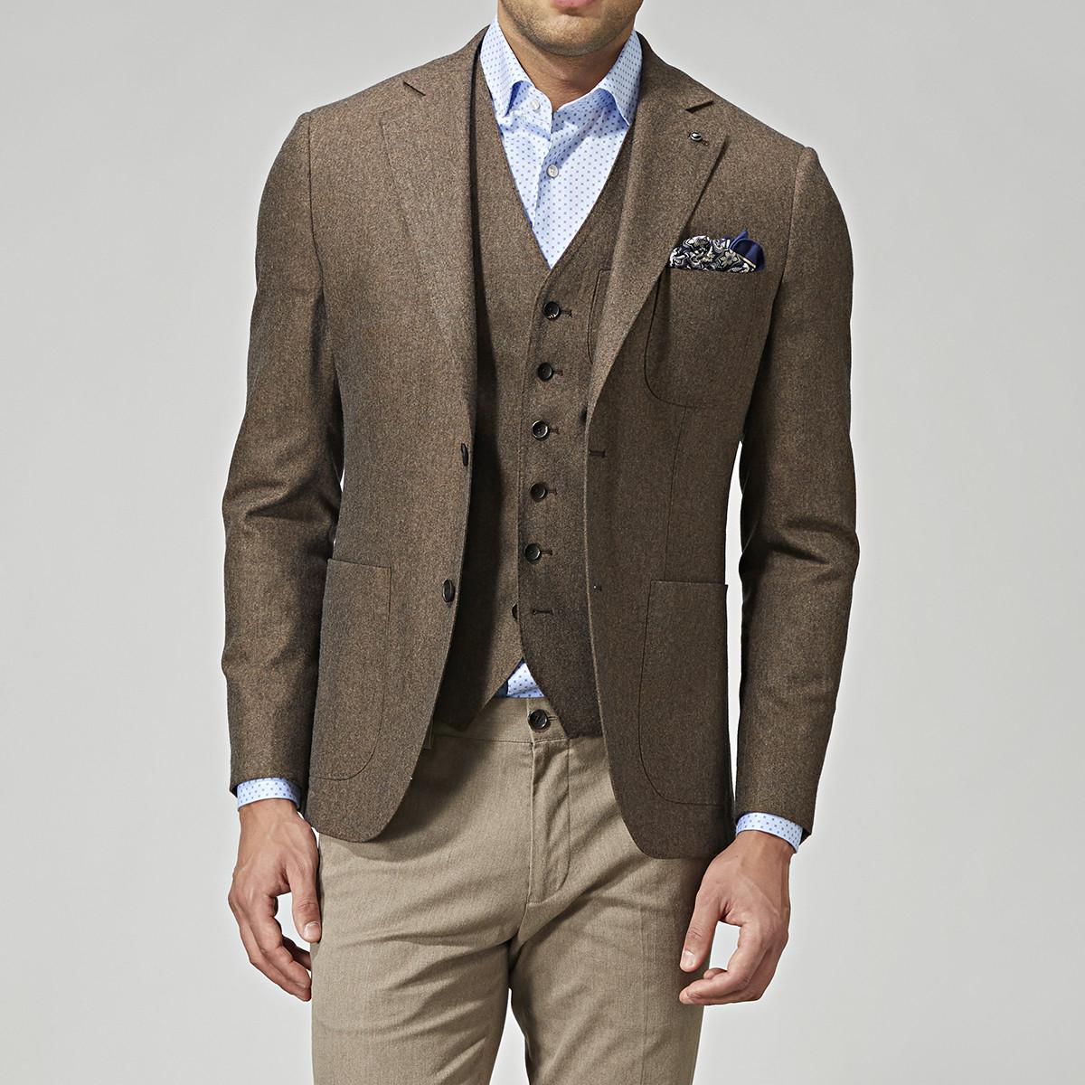 Kavajen i flanell är alltid ett bra val för hösten. Från Brothers hittar vi  ett mellanbrunt alternativ i ull och kashmir från varumärkets premium  kollektion ... 502e9f1fb6252