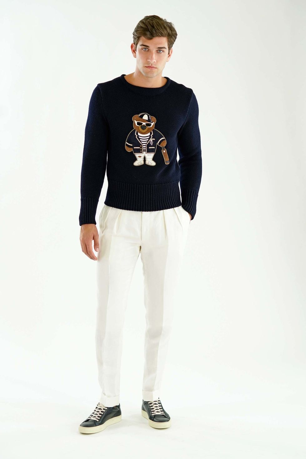 Vita linnebyxor med dubbla frontveck och Ralph Laurens ikoniska teddytröja. a94ccf68f5529