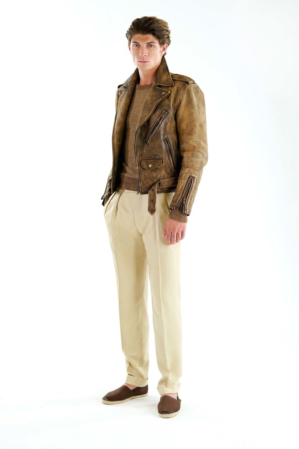 Skinnjacka med tydlig patina tillsammans beigea linnebyxor och mellanbrun  rundhalsad tröja. d407c52b689ad