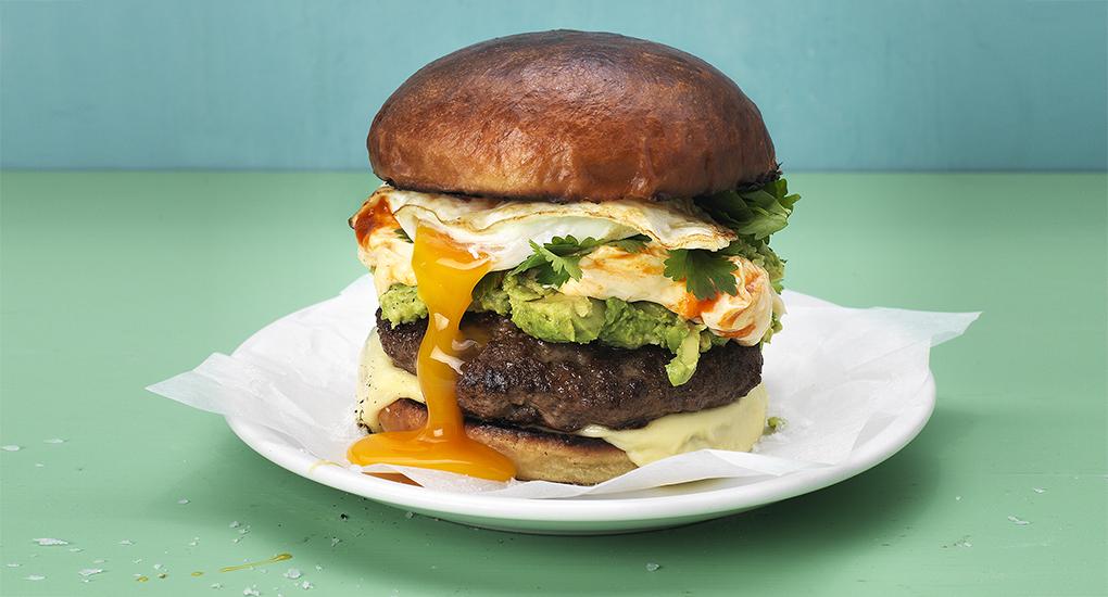 Recept: Egg burger med avokado och sriracha-majo