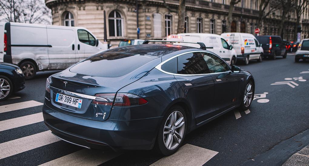 Elon Musk: Nästa år kan Tesla hitta parkering helt själv