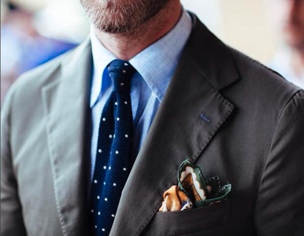 Enfärgad kavaj och skjorta kompletteras i min mening bäst med en mönstrad  slips. df4a9f6b303b9