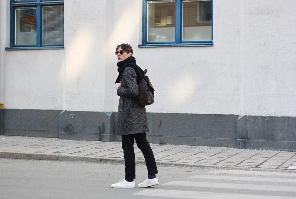 vita sneakers och vintage ryggsäck.jpg