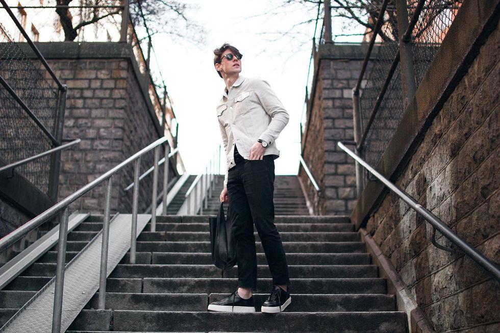 vit jeansjacka svart skinnväska.jpg
