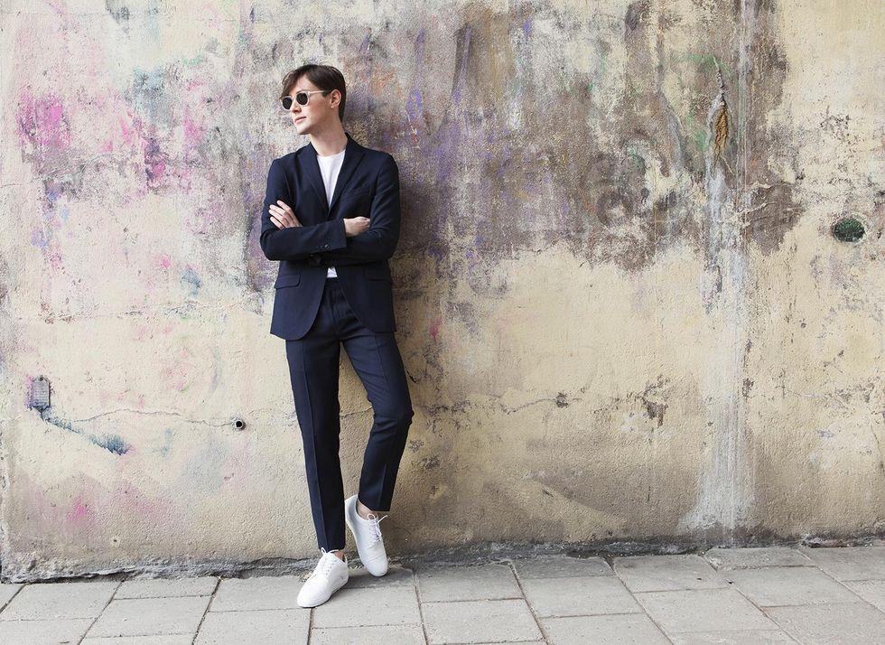 blå kostym och vita sneakers, stiltips.jpg