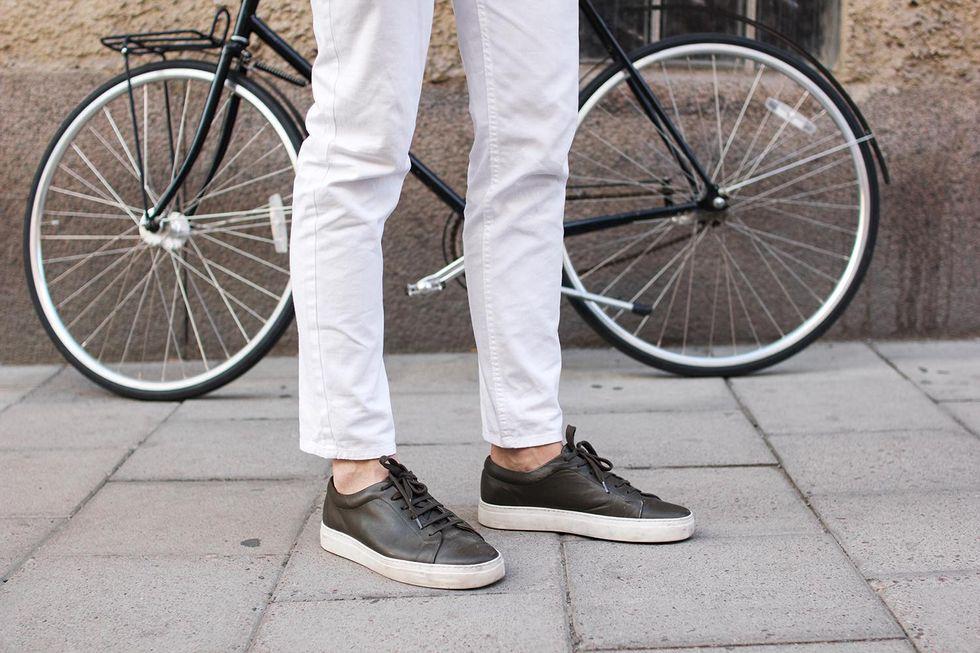 gröna sneakers vita jeans.jpg