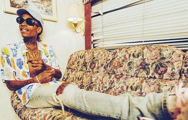 Stilinspiration: Wiz Khalifa röker gräs i svensk skjorta