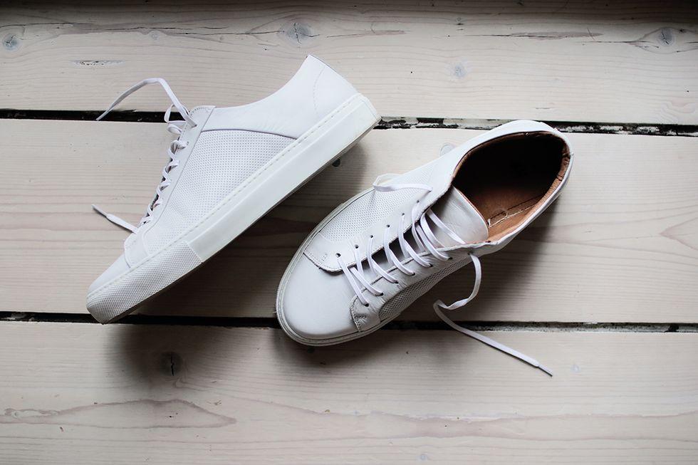 Sneakers vita H&M skinn.jpg
