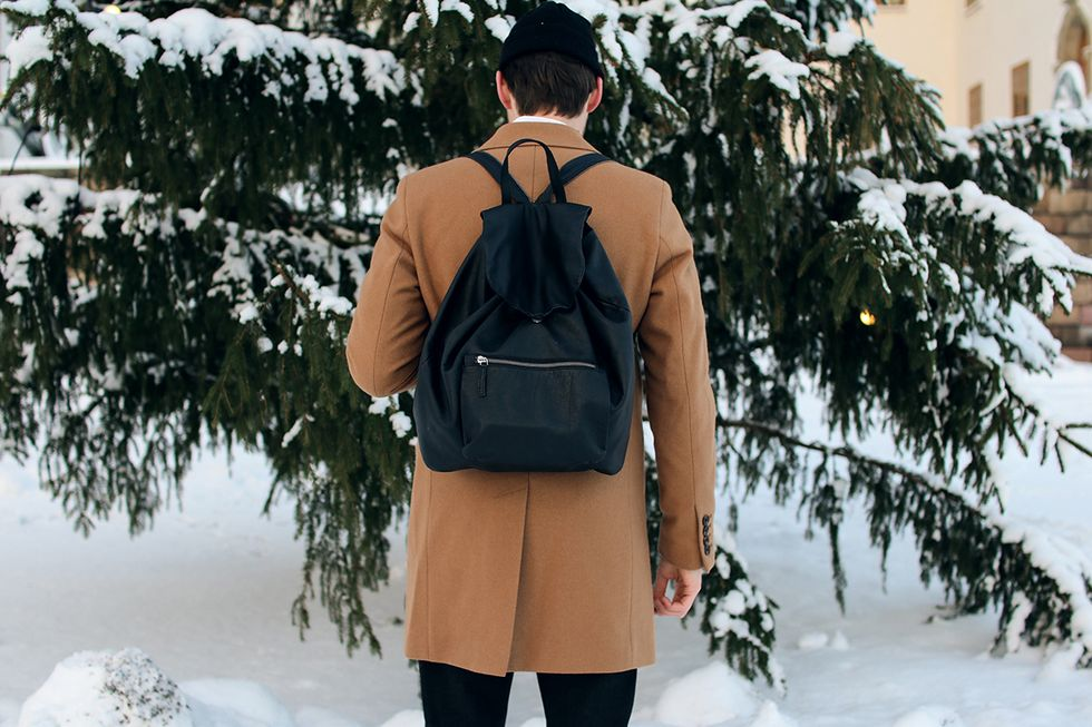 svart ryggsäck i skinn och läder.jpg