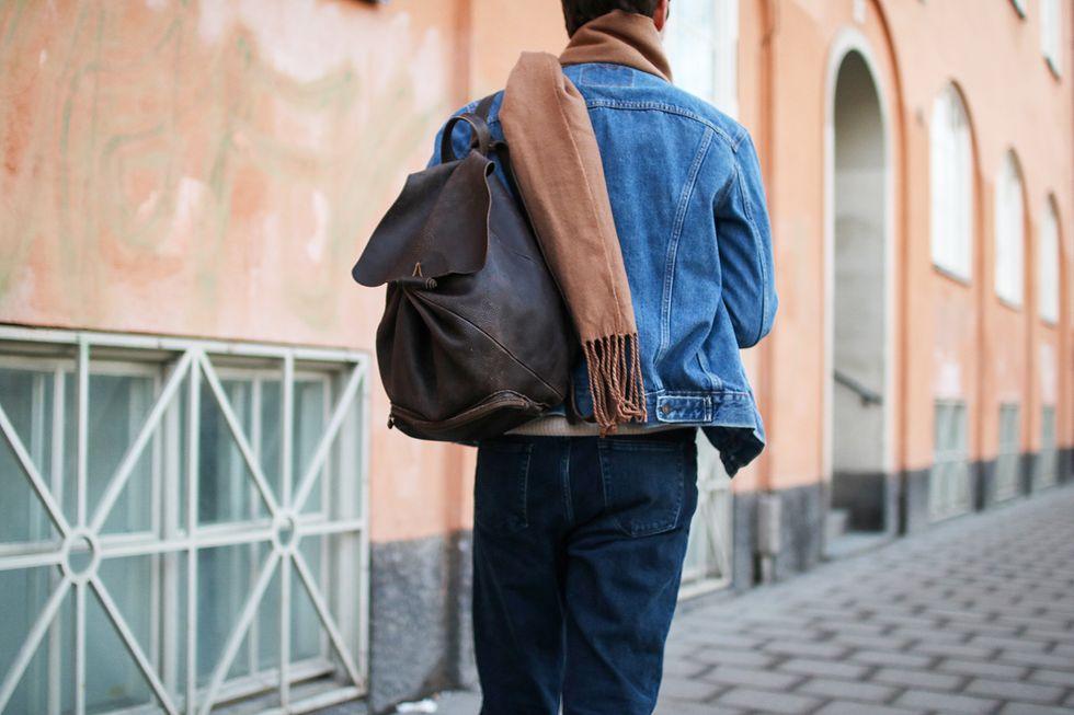 Jeansjacka, jeans, vintage ryggsäck och kamelhalsduk.jpg